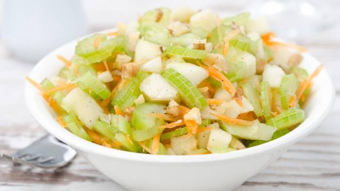 Рецепт пикантного салата с яблоками, морковью и сельдереем