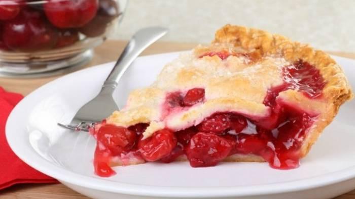 Как испечь летний пирог с вишней и сметаной