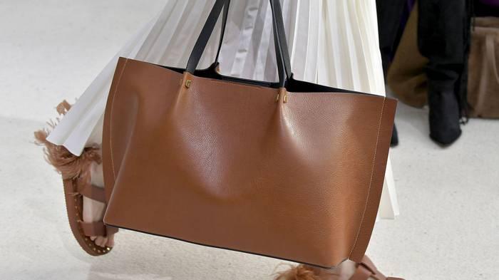 Крупные серьги и объемные сумки: ТОП-5 модных аксессуаров этого года