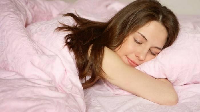 Почему спать в холоде полезно? 5 причин, которые убедят тебя уменьшить температуру в спальне