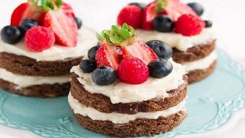 Как приготовить бисквитные пирожные с ягодами