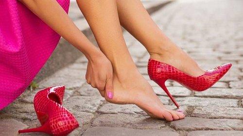 Почему солидные дамы меняют туфли на кроссовки