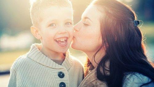 Можно ли целовать детей в губы? Мамы не согласны с психологами