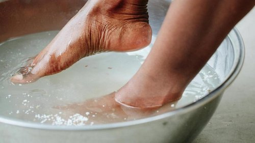 Она окунула ноги в таз с ледяной водой