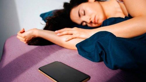 Вот почему нельзя спать со смартфоном