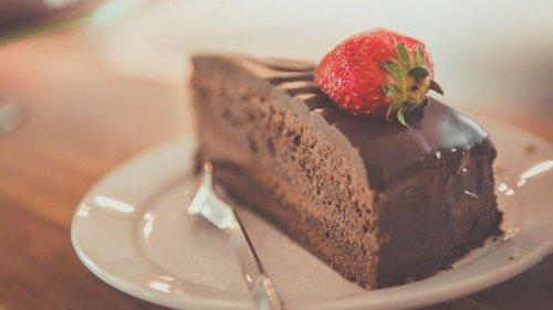 Рецепт шоколадного торта с орехами и сухофруктами