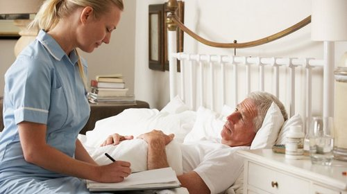 В чём заключаются особенности ухода за лежачими пожилыми людьми?