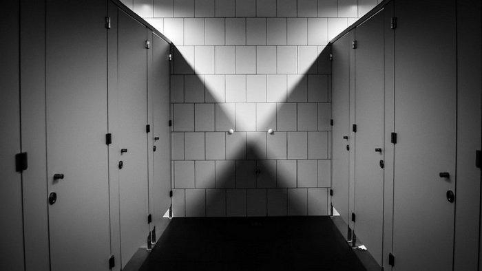 Отчего дверцы в общественных уборных не упираются в пол