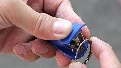 Как вдеть ключ в брелок, не сломав ногти? 5 способов применения антистеплера