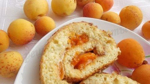 Бисквитный рулет, что печется вместе с абрикосами