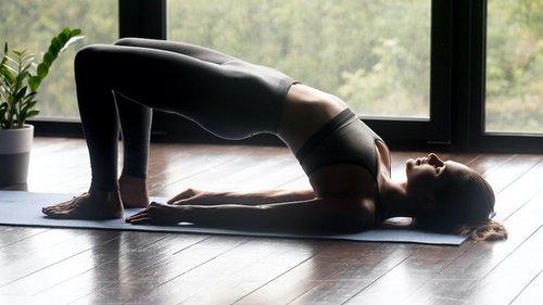 Фитнес для ленивых: 5 упражнений, которые можно делать, не вставая с к...