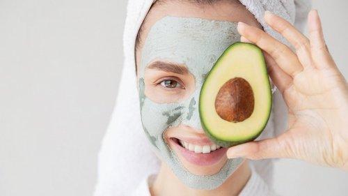 7 омолаживающих масок для лица из того, что есть у вас в холодильнике