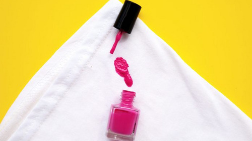 Как удалить лак для ногтей с одежды, ковра и мебели?