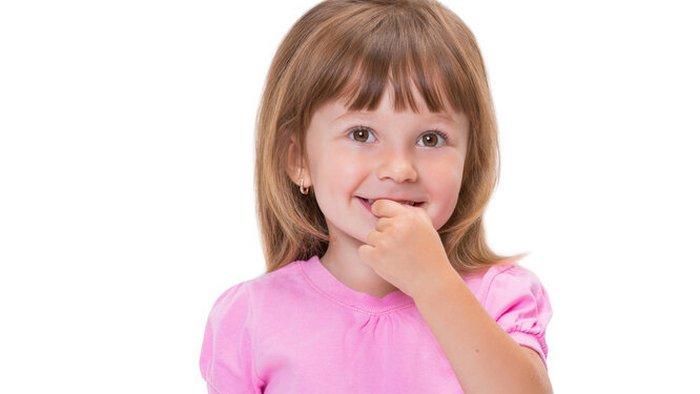 Почему ребенок грызет ногти? И правда ли, что не нужно его отучать?