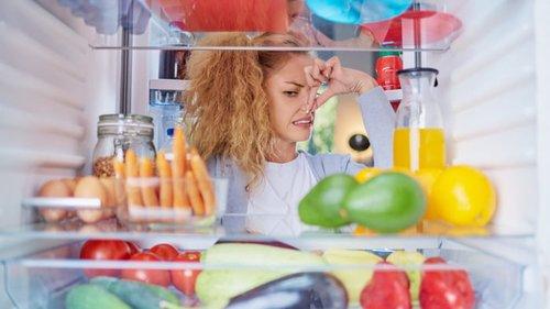 Как устранить неприятный запах из холодильника