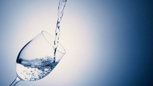 Неоспоримые доказательства того, почему стоит употреблять воду натощак